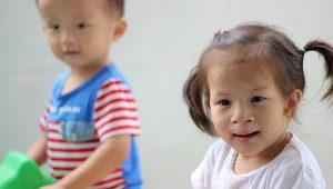 El emotivo reencuentro de dos niños huérfanos separados en un orfanato chino