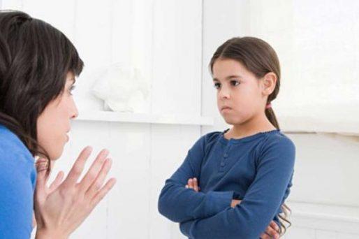 Madre hablando con su hija-Cuando un hijo se porta mejor con extraños que con mamá