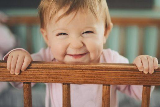 Bebé en la cuna sonriendo-Mi bebé no quiere dormir siesta: un especialista nos responde
