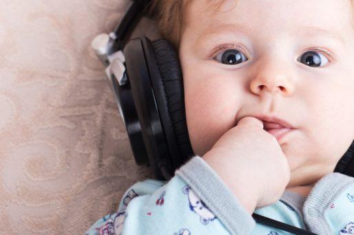 Bebé acostado con auidifonos- Cómo calmar a un bebé