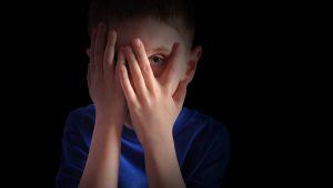 Incómodo momento en que un niño tiene atrapada su cabeza en una reja