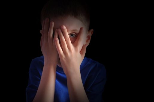 Niño tapando su cara- 3 problemas escolares más comunes