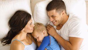 Padres acostados con su hijo-La buena comunicación en pareja y los beneficios que trae a los niños