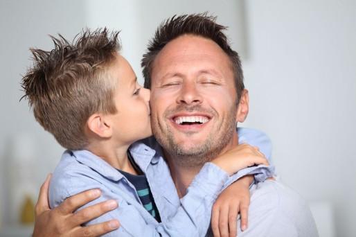 Padre e hijo- Es recomendable tener ventanales en casa: una especialista explica