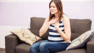 Mujer sentada- Embarazo - Patologías comunes pero no normales.
