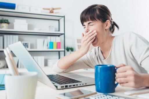 mujer estornudando- ¿Es seguro usar descongestionante nasal en el embarazo?