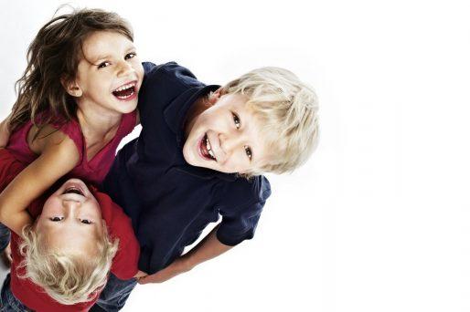 niños que cuidan a sus hermanos