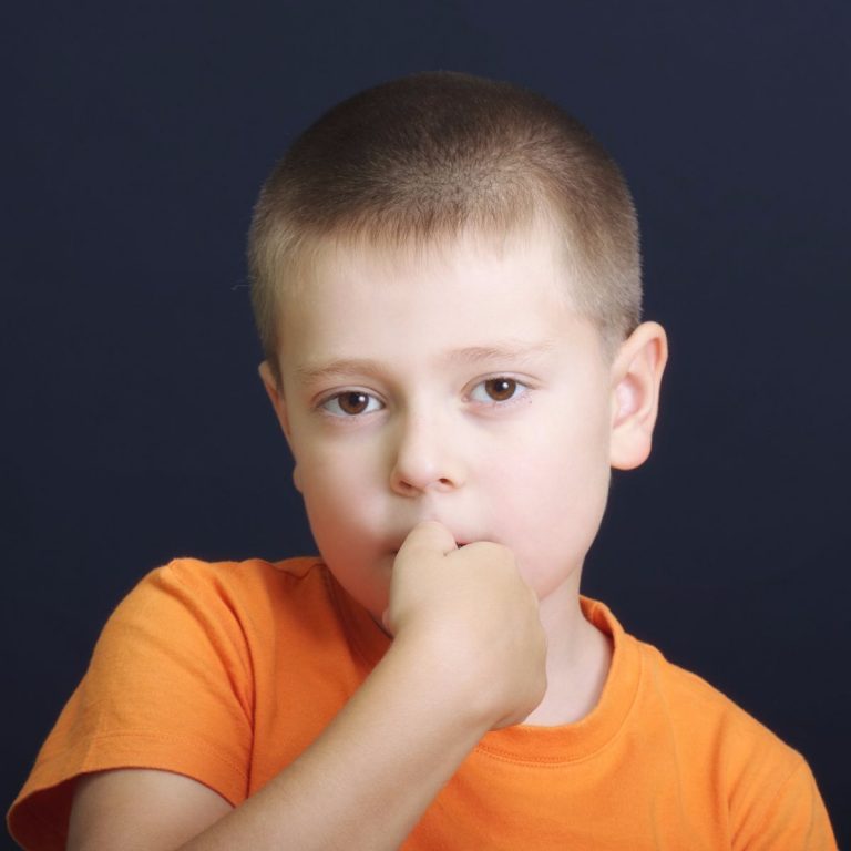 Por qué los niños muerden sus uñas