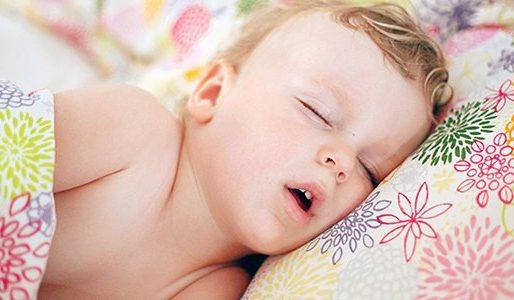 por qué el niño duerme con la boca abierta