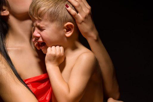 el bebé sólo quiere estar en brazos de mamá