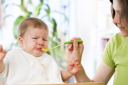 cómo enseñar al bebé a comer solo