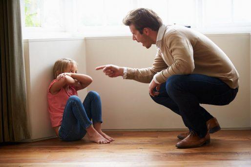 qué hacer cuando extraños regañan a tus hijos