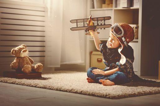 dejar que el niño juegue con su amigo imaginario