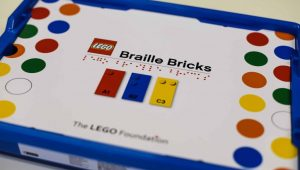 Lego presenta «ladrillos de Braille» para que los niños con discapacidad visual puedan aprender de forma divertida