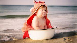 primer baño del niño en el mar